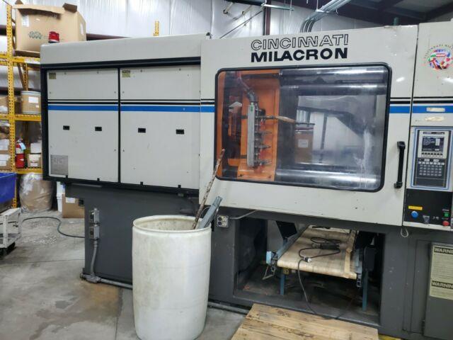 1995 Cincinnati 440-ton Plastic Injection Molding Machine Vt440-21